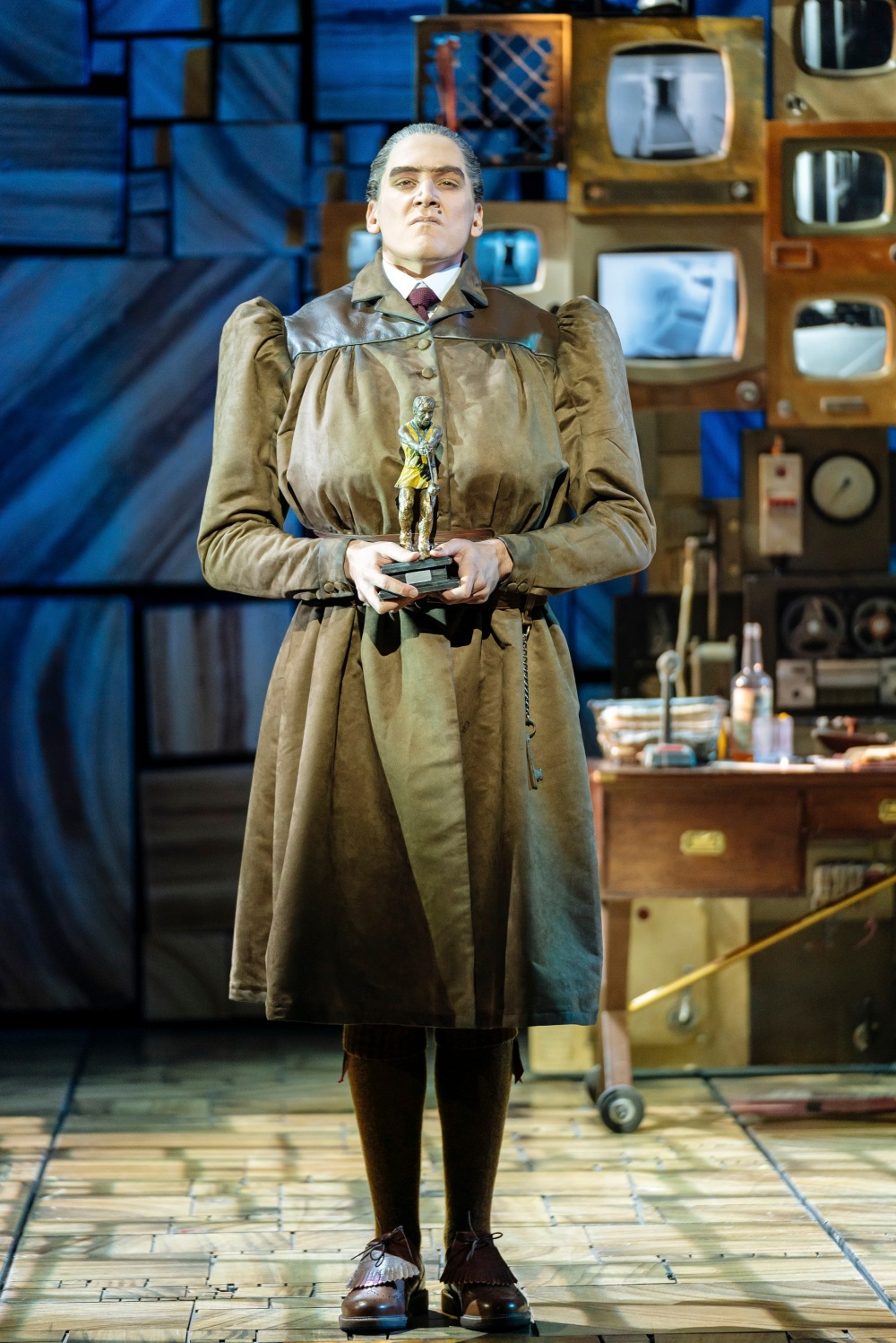 Elliot-Harper-as-Miss-Trunchbull-in-the-Royal-Shakespeare-Companys-Matilda-The-Musical-3
